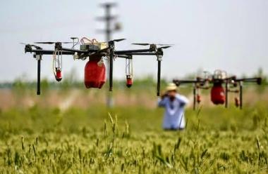 DroneSprayingCrops2